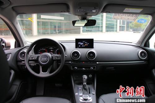 新奧迪 A3 Limousine 內飾 新增平底式的運動方向盤,可選附加加熱功能