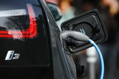 资料图:一辆电动汽车正在充电(图片来源:路透社)
