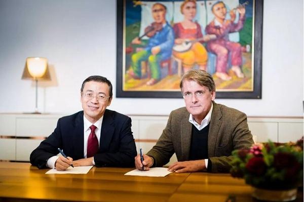 吉利控股集团常务副总裁、CFO李东辉与Cevian的联合创始人Christer Gardell代表双方签署股权收购协议,该交易尚需通过监管机构审批。