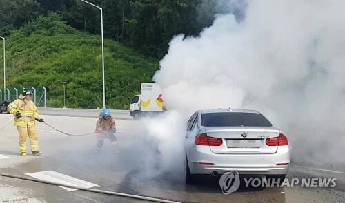 圖注:8月9日上午8時50分許,一輛320d寶馬車在南韓京畿道義王市的一高速公路上起火。
