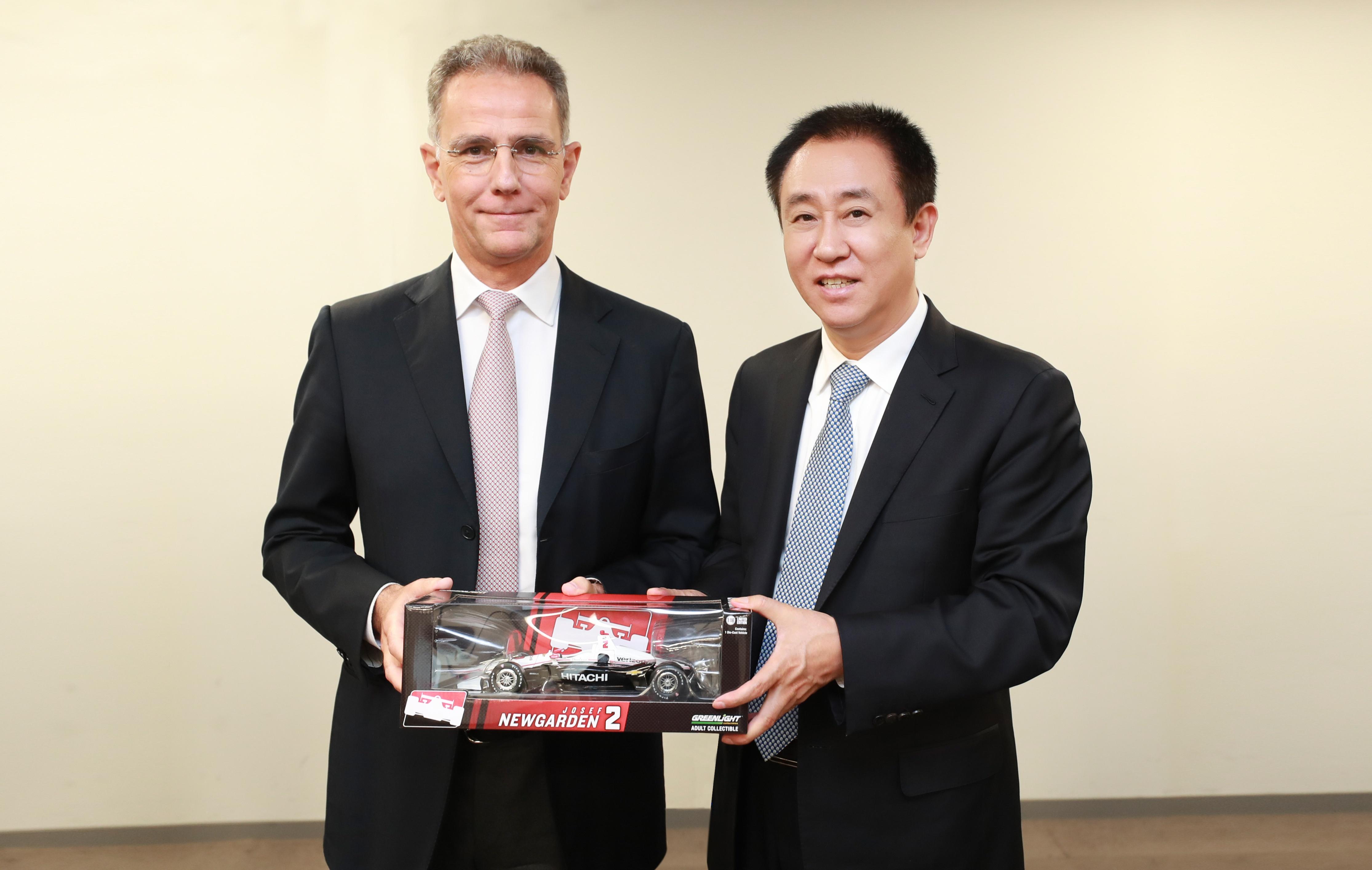 日立汽车系统CEO Brice Koch向许家印赠送礼物
