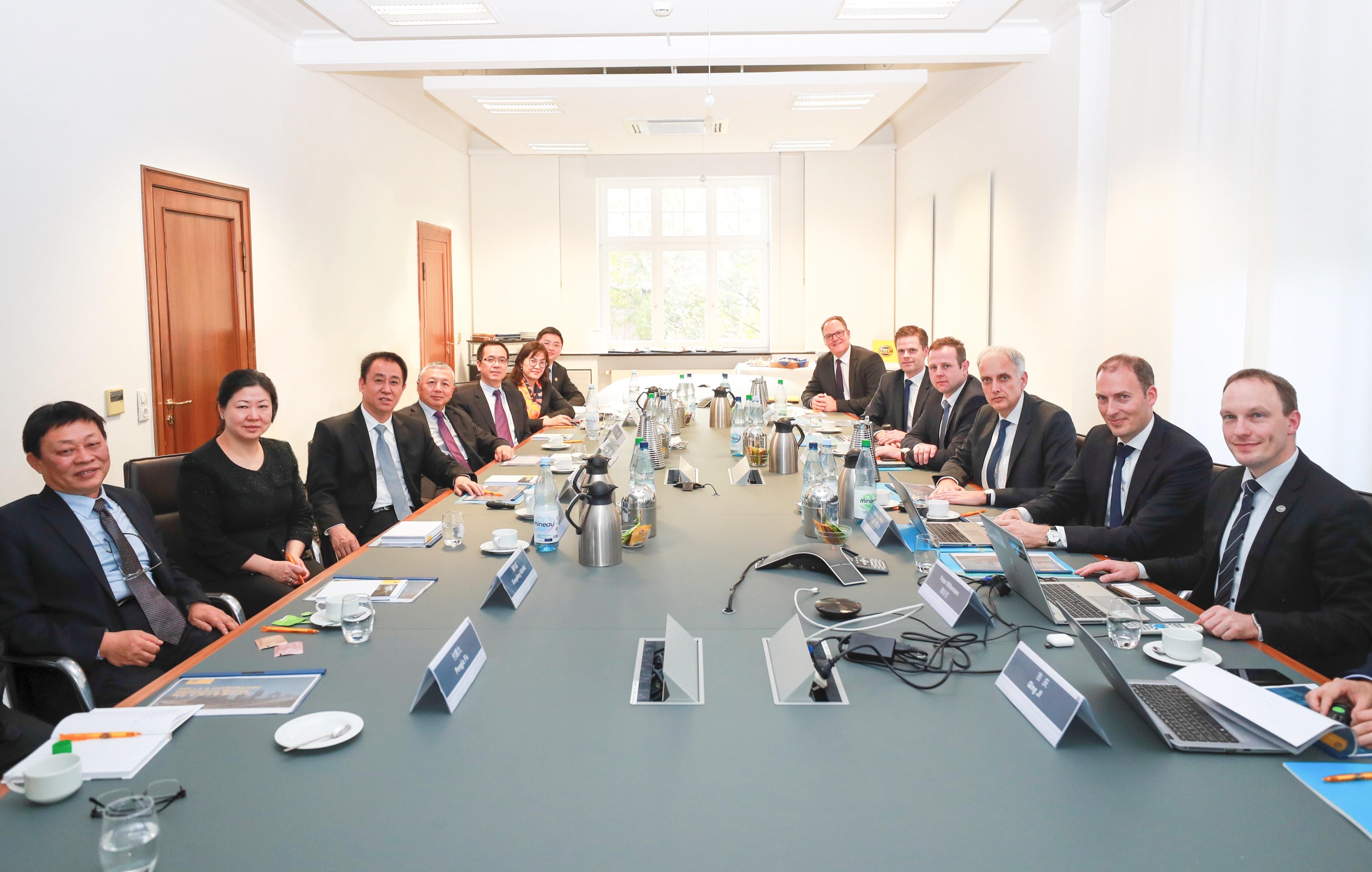 许家印一行与海拉首席执行官Rolf Breidenbach 及高管团队会谈