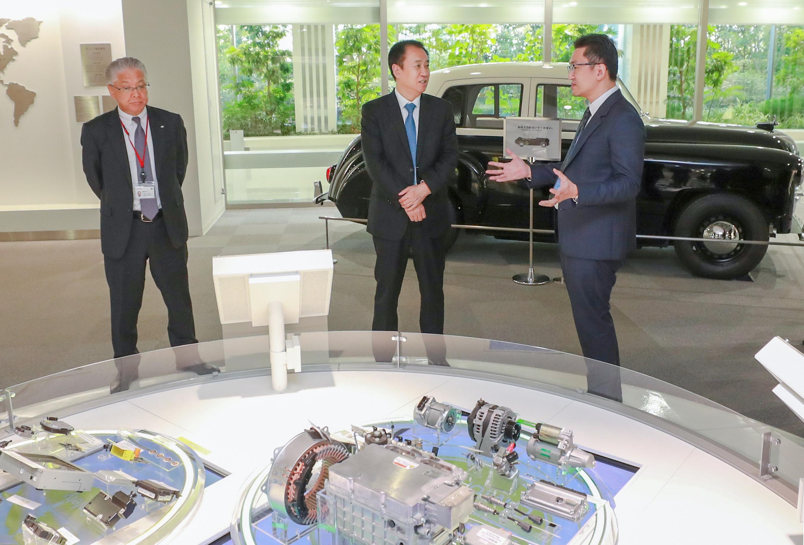 许家印一行参观考察日本电装总部