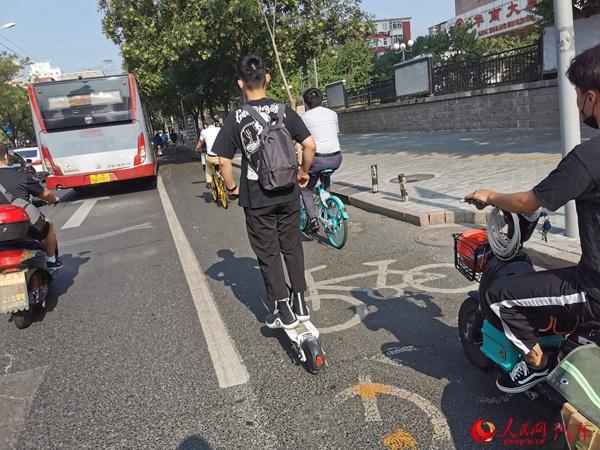 """人民观察:电动滑板车、平衡车仍游走在""""灰色地带""""插图"""