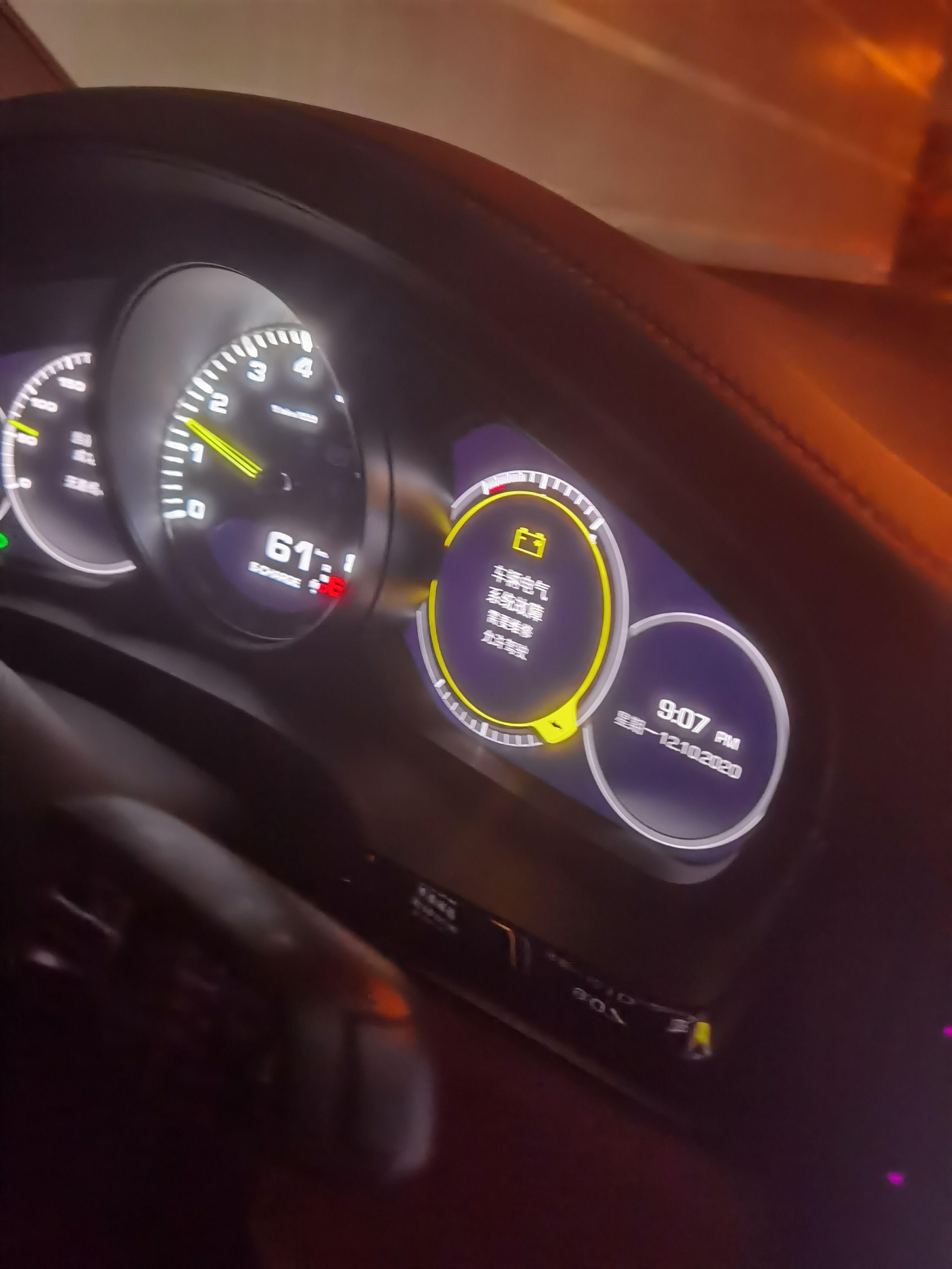 吴女士称,事发时,车辆亮起黄灯,提示车辆电器系统故障,需要维修,允许驾驶。