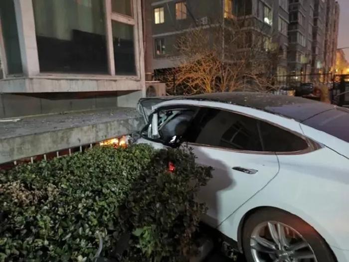 北京一特斯拉Model S突然失控幢楼