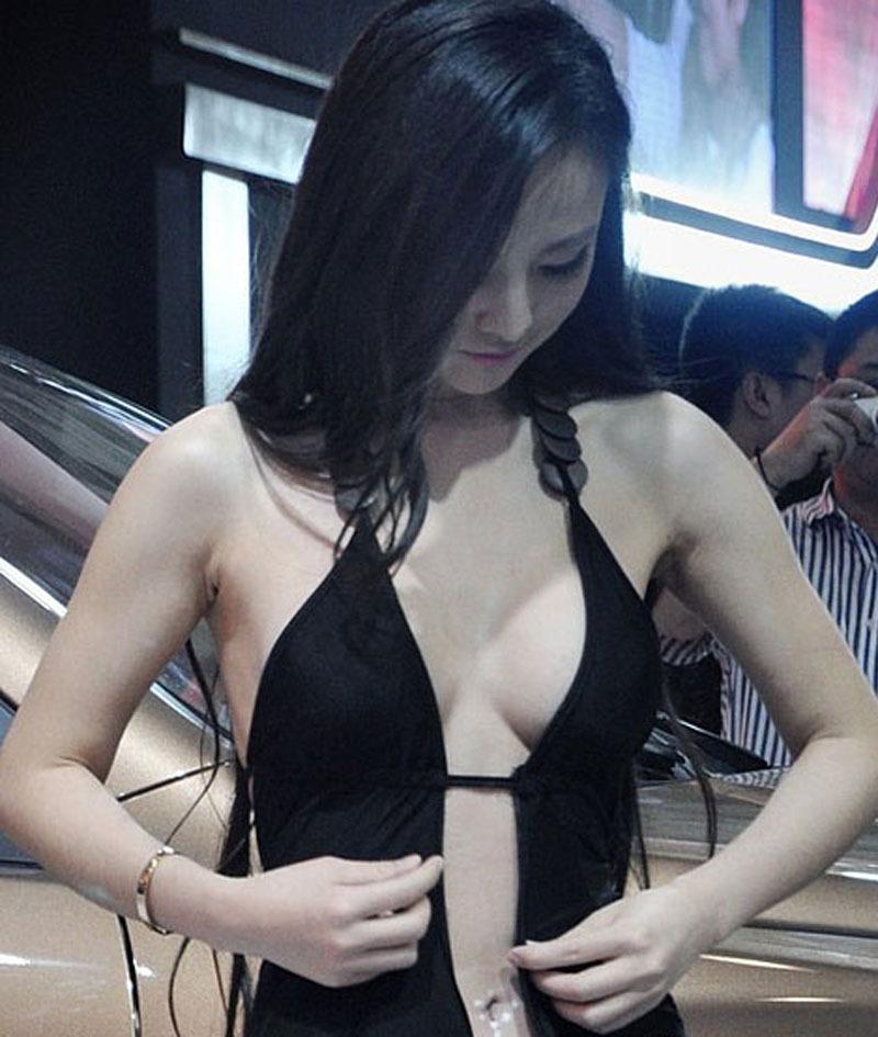 甘露露长沙车展身着布条装再度大秀酥胸