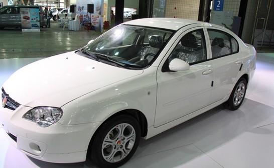 8月16日,以体验汽车时尚之旅为主题的2012首届浦东国际车展在上海新国际展览中心拉开帷幕。近70家厂商参与了本次车展,各种豪华车型,家用时尚小车新车概念车让人目不暇接。令人关注的是 莲花汽车(微博)亦携其旗下L3、L5全系车型亮相本次车展,消费者可以更进一步了解莲花汽车的各项优异性能及其优越的操控。   车展作为汽车界的豪门盛宴,是汽车企业争芳斗艳的必争之地。汽车与模特的完美结合让车大放溢彩。本次车展上莲花展台简单却不失时尚的布局让人耳目一新,5款车错落有致展现着莲花的运动风、潮流风。   A