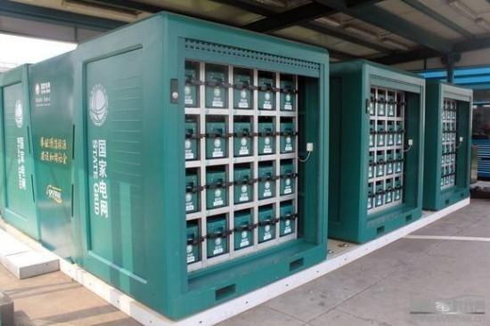2012年8月12日,杭州-嘉兴城际电动汽车体验活动在杭州和平国际会展中心广场正式发车,经过74.4公里的拉练,来自12家企业的36辆新能源汽车组成的车队抵达了体验活动的最远点沪杭高速嘉兴服务区国家电网充换电站。在这里,工作人员对众泰电动轿车进行了电池更换作业,下面就是来自现场的精彩图片:  所有的众泰电动汽车都在进行换电作业   与其它大型充换电站不同的是,嘉兴服务区换电站占地仅150平方米,在高速公路两侧各设有一座,每侧的充换电站配有3个移动充电仓和3个电池转运箱,可同时存放60组电池,如果按每