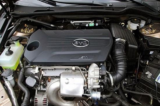 1.5TID 自动尊享型搭载了1.5TI DCT的动力组合,1.5TI涡轮增压缸内直喷全铝合金发动机集合了:涡轮增压、缸内直喷、分层燃烧、可变气门正时、全铝合金发动机,五大技术特点。与此同时,比亚迪G61.5TID 自动尊享型更搭载了DCT双离合变速器。其集合了手动变速器和传统自动变速器的双向优点,具有换挡响应快、提速时间短、动力无损耗等优点。  比亚迪G6发动机  比亚迪G6   虽然动力系统非常运动,但比亚迪G6的车身设计还是以沉稳大气为主,车头十分饱满,长宽高分别为4860mm、1825mm、14