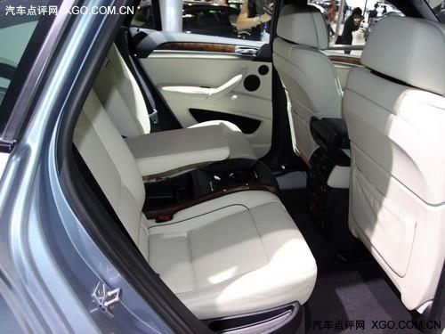 为保证车内后排空间的充裕,后排设计仅可乘坐两名乘客,座椅中间为储物