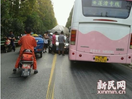 杭公路轿车撞上公交车 一乘客受伤高清图片