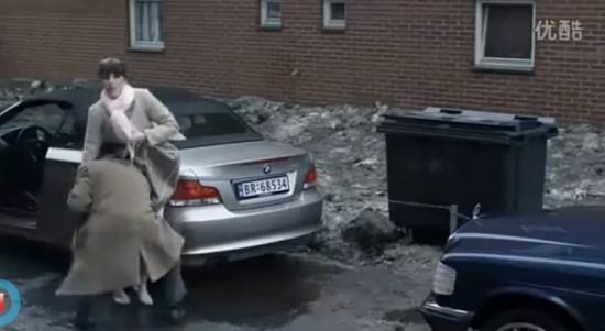 片中,俄罗斯一辆开着宝马1系敞篷版的女司机也许是错把油门当成了刹车,直接两次撞上了后面的车辆。后车的男司机气冲冲的下车要找女司机理论,正当女司机要用钱解决问题的时候,亮点出现了,男司机一把举起女司机,将其扔进垃圾箱。当然,我情愿相信,这是某部电影中截取的画面。