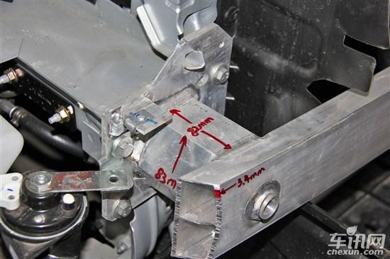 标致308前保险杠结构由保险杠外皮、非金属缓冲层、带吸能盒的金属杠铁组成。保险杠以及吸能盒材质均为铝合金,吸能盒结构为六边形结构。前杠铁长宽高厚分别为1090mm/26mm/90mm/3.4mm;金属保险杠边缘处理较为粗糙,铝合金材质保险杠在同级价位车型中较为少见。       雪铁龙新世嘉前保险杠结构由保险杠外皮、非金属缓冲层、带吸能盒金属杠铁组成。保险杠、吸能盒材质为铝合金。前杠铁长宽高厚分别为1140mm/20mm/105mm/3mm;两侧吸能盒长宽高分别是90mm/90mm/84mm,铝合金材