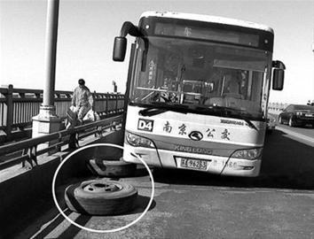 公共汽车的轮子-公交车行驶途中跑掉两轮胎高清图片