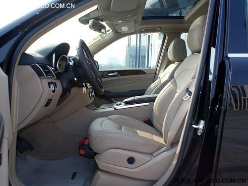 奔驰ml350内饰进行了豪华升级,包括方向盘以及中控都与旧款有高清图片