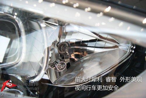充满科技的前大灯拥有非常漂亮的灯眉,内部方形的灯孔与主流的设计