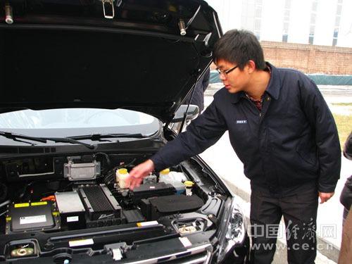 北汽工作人员现场讲解纯电动汽车内部结构高清图片