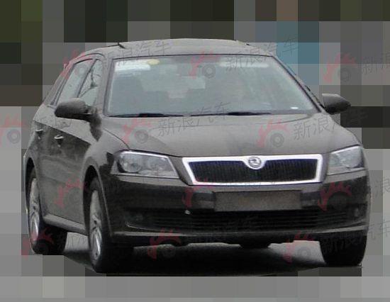 2012年上海大众品牌可谓是春风得意,旗下各款车型都在细分市场中占据优势地位。但在一些级别市场仍然存在车型空白,比如A级两厢市场,由于缺乏车型产品,只有坐看长安福特福克斯,上海通用别克英朗XT等热门车型瓜分市场。而且如今两厢市场如见成熟,以福特福克斯为例,其两厢版和三厢版车型的销量已经旗鼓相当。因此开拓这些空白市场,成为上海大众新一阶段的要务。  上海大众两厢朗逸   测试车虽然伪装成了斯柯达品牌风格,但实际上最终的风格会完全延续三厢版的新款朗逸设计。在B柱之前基本都是完全相同的设计。大灯和进气格栅都