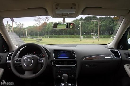 奥迪Q5是一部动感而全能的SUV,融合了运动型轿车的车身设计、高效动力和灵敏操控、SUV的越野安全性能以及旅行车的出色舒适性和灵活多变的内部空间,以极致完美的姿态全新亮相。奥迪Q5的长、宽以及轴距分别为4630mm、1880mm以及2810mm,但整车高度只有1650mm,从而使得奥迪Q5的风阻系数低达0.