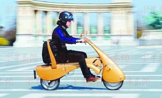 拥有着金黄色车身的便携式电触动摩托车moveo