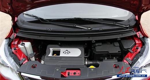 人民网南京4月2日电(记者 闫枫)2013年4月2日,长安欧力威在南京正式上市。欧力威定位小型多功能跨界两厢车,此次共推出4款车型,售价4.79万5.59万元之间。详情见以下列表:     欧力威亮点在于实用的载物空间,这主要得益于它较高的车身与合理的车内布局,营造出宽裕的内部空间。其中后排座椅可以实现前后移动(最大滑动距离200mm),帮助扩展更大的后备厢空间;另外后排座椅的靠背还可以按50:50比例放倒;当后排座椅完全折叠好后,后备厢的最大进深达到1530mm,而且地板非常平整。      外观