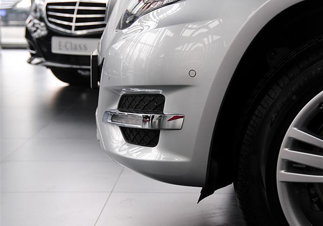 奔驰GLK对比奥迪Q5 豪华SUV乞丐版对决   四驱方面,奔驰GLK的4MATIC全时四轮驱动设计很有特点,它采用了我们常说的中央电控多片离合差锁系统,结构重量很轻。系统的核心技术是4ETS电子牵引力系统,利用ABS的制动力自动分配功能来实现差动限制。当有一个车轮打滑时,车载电脑就通过ABS对打滑车辆制动来限制它的空转,从而差速器就可以把传递给打滑车轮的动力转移到其他未打滑的车轮上。虽然四驱结构方面并未看出奔驰GLK和一般城市SUV有何实质区别,但4MATIC系统比一般城市SUV更强大,就胜在电子辅