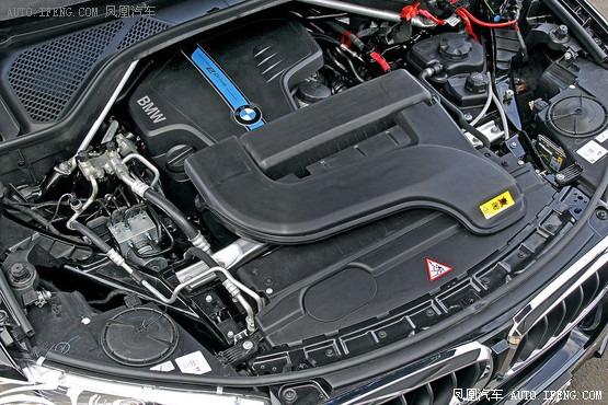 宝马X5 eDrive概念车将于纽约车展露面   如果没有驾驶乐趣,宝马将不再是宝马。对于混动版的宝马X5来说,这确实是个问题。其四缸发动机在动力方面先天不足,而在后备箱底部安装的为电动机配备的锂电池重大200kg,导致其弯道性能不是那么出色。不过电动机带来的低噪音以及在加速方面的优势,还是可以弥补其弱点,据悉该车的百公里加速度将小于7秒,对于像X5这么一款大型SUV来说着实难得,而即使加速到130km/h,混动版X5还是能保持较安静的状态。