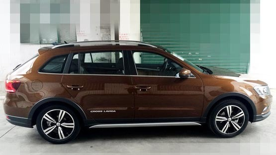 对于大众朗逸家族车型我们是相当熟悉,近日,一组上海大众新款朗境的谍照在网上流出,相比老款,新车的外观造型与之前在新款朗逸上市会上见到的完全一样。而相较于已经上市的朗行,该车的车身套件更丰富,更加跨界的风格也迎合了年轻车主的喜好,该车预计该车将于年底正式上市。    车尾造型上,新款朗境的最大亮点就是其采用双边共两出式的排气管造型,倒梯形的尾喉与保险杠下部护板融为一体,视觉效果很是养眼。    从内饰来看,新款朗境的中控台设计风格与朗逸、朗行等几乎没有区别。而该车最大的亮点就是车内配色,座椅采用了黑色、