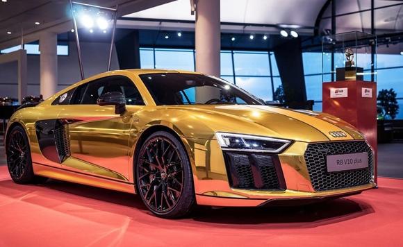 日前,奧迪第二代R8 V10帶來驚艷外觀亮麗金色,這不是普通的可選油漆,而是完整車身包裹。    奧迪R8 V10 PLUS在金方向盤獎中獲勝,並且被評為德國雜誌汽車畫報最受歡迎的跑車獎項。新車還有黃色中心帶和黑色邊框,側面後視鏡蓋和尾翼顏色都為光澤黑。另外,新車或配備可選20英寸十角合金輪轂。   第二代奧迪R8發佈時間未知,但其新車Spyder將會在明年某個時候發佈。更多消息,敬請關注鳳凰汽車訊。